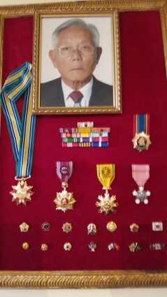 韓国政府から武功勲章とブラジルの韓国コミュニティへの功労で授与された勲章(中段の右から二番目)