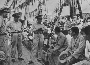 1953年10月、李承晩ラインによる韓国による日本船舶の拿捕(朝日新聞社「アルバム戦後15年史」より、Wikimedia Commons)