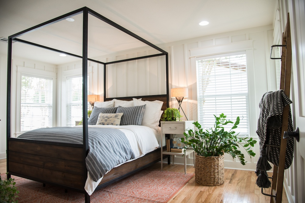 11 Best Bedrooms by Joanna Gaines: Here are the top ten bedroom designs and renovations done by Joanna Gaines from Fixer Upper! - Nikki's Plate #fixerupper #joannagaines Canopy Bed