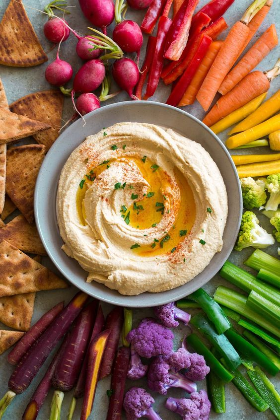 Snacks that Really Healthy People Eat; hummus and veggie platter