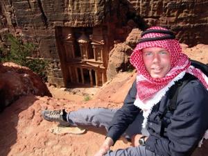 Michi blickt nach einer Klettertour von oben auf das Khazne Firaun, das Schatzhaus von Petra, Jordanien. Foto: www.nikkiundmichi.de