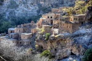 Wadi Bani Habib: ein verlassenes Bergdorf im Hadschar-Gebirge schmiegt sich an den Hang.