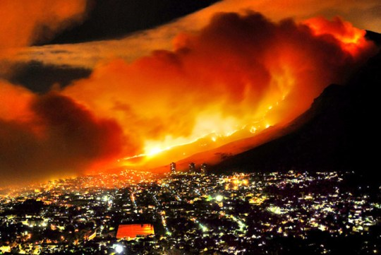 Cape Town 090318: Fire ripping through Devil's Peak. photo Daylin Paul