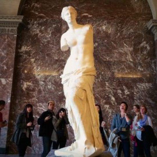 O αγρότης Γιώργος Κεντρωτάς ανακάλυψε το 1820 το περίφημο άγαλμα της Αφροδίτης σκάβοντας στο κτήμα του στη Μήλο. Ο Γάλλος αρχαιολόγος Βουτιέ, αυτόπτης μάρτυρας, έψαχνε γι' αρχαία. Γράφει λοιπόν, πως ο Έλληνας χωρικός έβγαζε πέτρες από κάτι ερείπια, πέτρες κατάλληλες για οικοδομή…