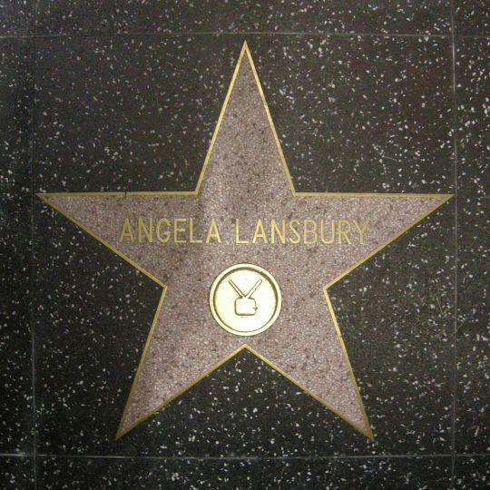 Η γιαγιά ντετέκτιβ έγινε 95 ετών, Angela Lansbury, Άντζελα λανσμπερι, Συγγραφέας ντετέκτιβ, Murder She Wrote, Hollywood, ηθοποιός, θέατρο, nikosonline.gr