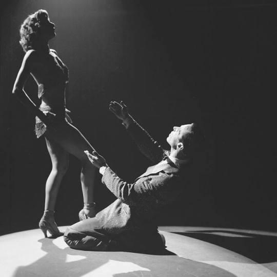 Λίντα Άλμα, Το θεϊκό κορμί, Linda Alma, dancer, Manos Katrakis, body, Μάνος Κατράκης, χορεύτρια, Γιάννης Φλερύ, τζόγος, nikosonline.gr