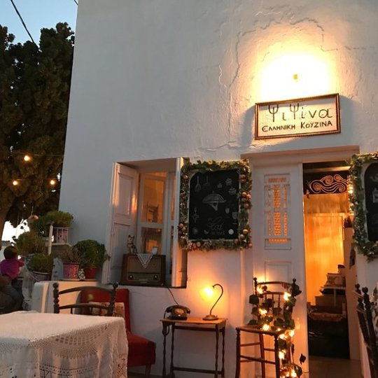 ίτες του νησιού είναι μοναδικές. Τόσο που αρχίζουν και τις φέρνουν και κάποια μαγαζιά στην Αθήνα. Θα μου πεις τι το ιδιαίτερο έχουν. Έχουν χειροποίητη λεπτή ζύμη, γέμιση κυρίως με ντόπια υλικά, το περίφημο τυρί τρίμμα της Κύθνου και μια ξεχωριστή Κυκλαδίτικη φαντασία.