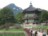 Hyangwonjeong mit dem Bugaksan im Hintergrund