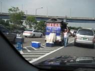 Straßenverkauf, mitten auf der Autobahn