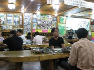 so isst man in Korea - Stühle sind was für Europäer