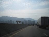 Mitten in der Landschaft: Hochhäuser und Autobahnbauten