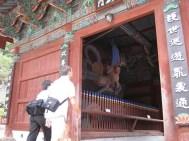 Der Eingang wird von Statuen bewacht, die die bösen Gedanken fernhalten sollen.