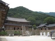 links Gakgwangjeon mit der Steinlaterne davor