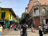 Links im Bild: Das älteste Geschäft Medellíns - zumindest vom Gebäude her