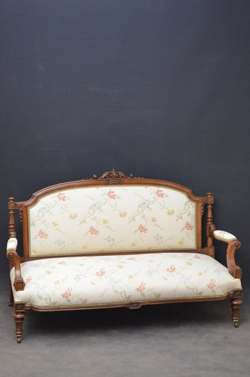 Fine Quality Victorian Sofa - Walnut Settee