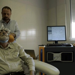 Massiminio fa provare il macchinario a Felice Farina nel film documentario Conversazioni Atomiche