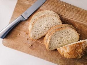 Toast met doperwtenpuree