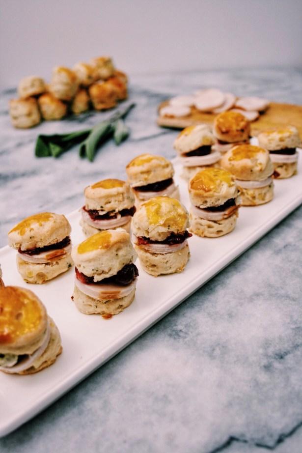 Mini scones met salie & ui