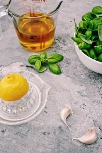 Knolselderijsoepje met parmaham en basilicumolie
