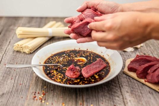 Rundvleesnoedels met zoete chilisaus
