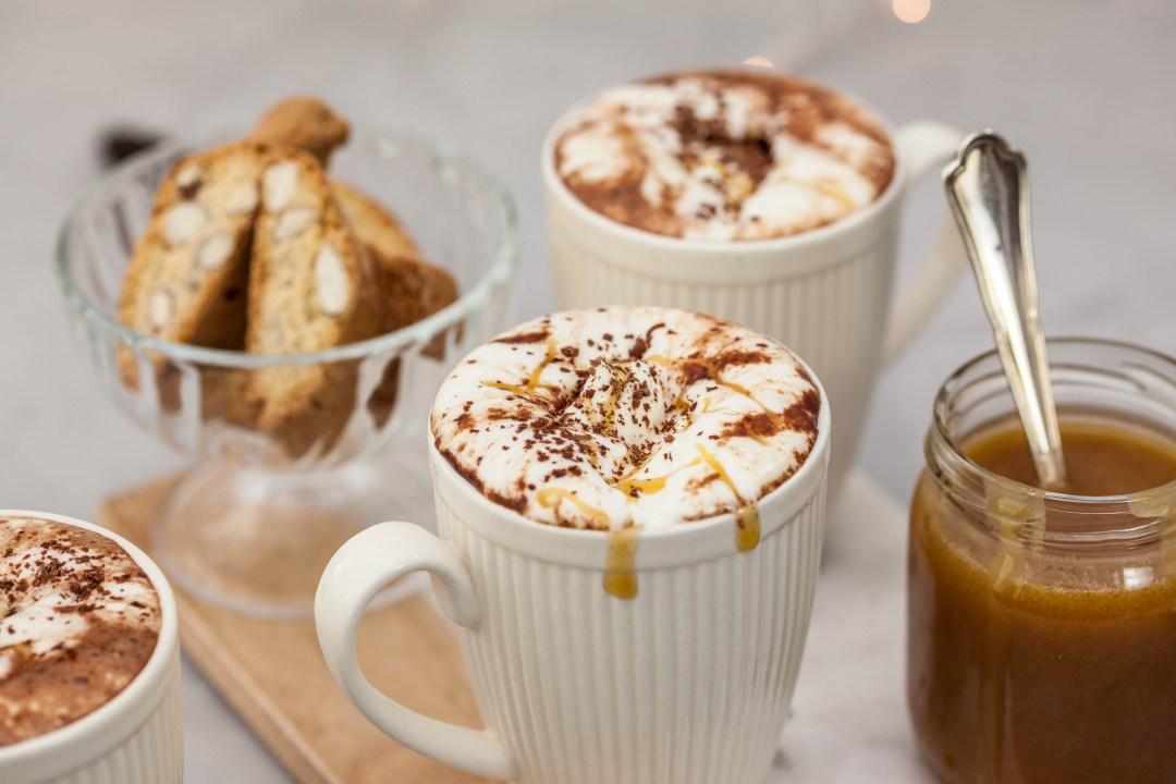 Warme chocolademelk met gezouten karamel