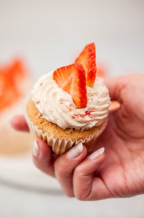 Strawberry cupcakes met luchtige botercrème