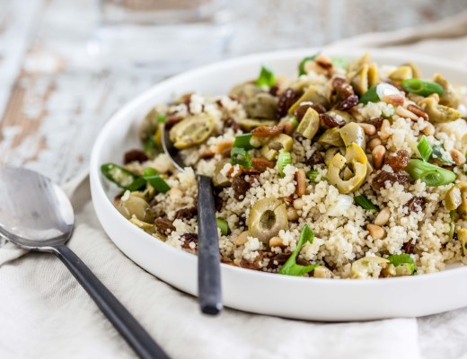 Couscous met rozijnen, pijnboompitten & groene olijven