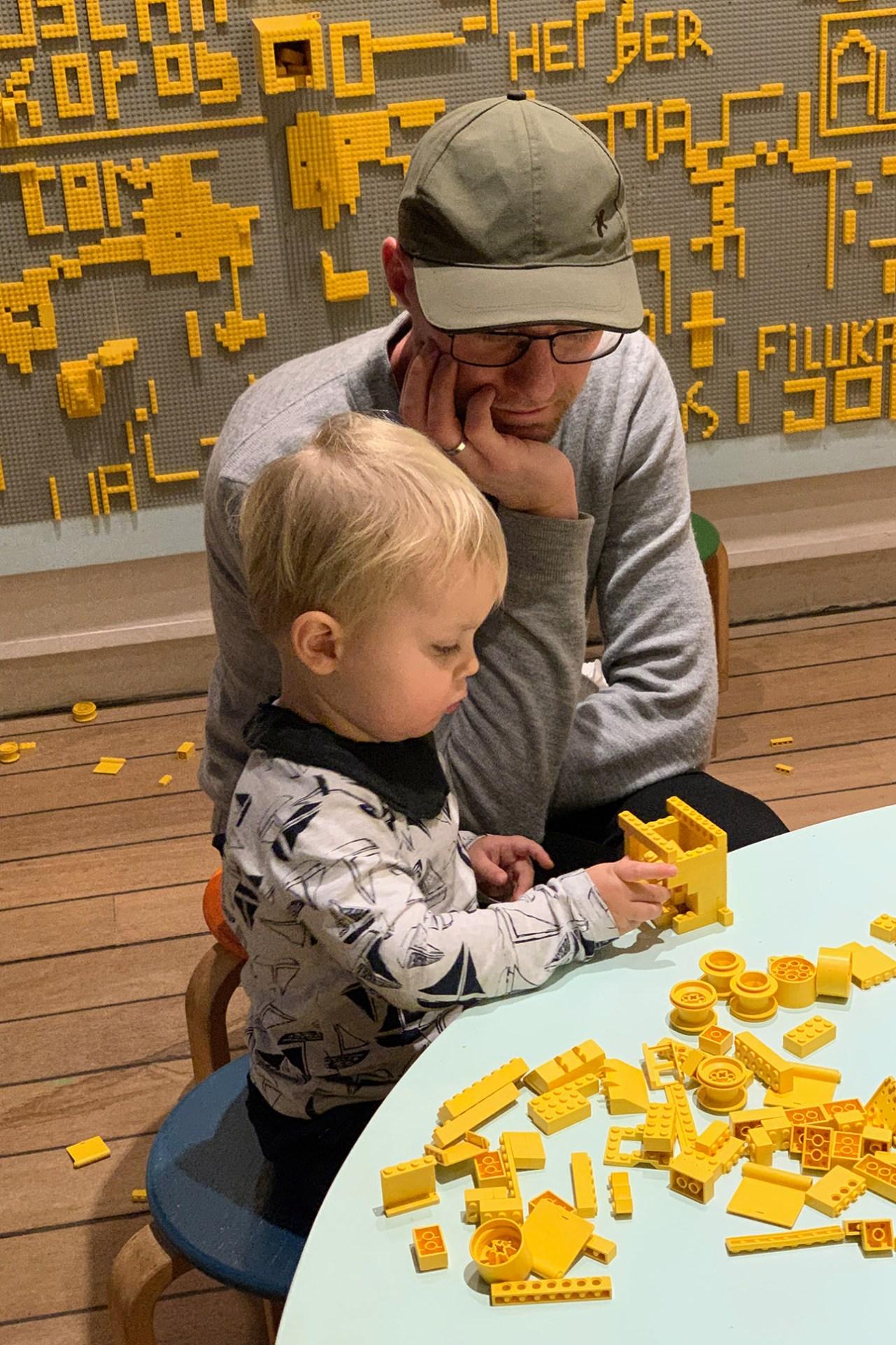 Bassemanden leger med lego på Louisiana i juleferien