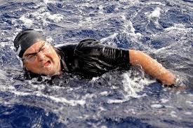 Beppe Grillo come Mao tze tung che attraversa lo Stretto di Messina
