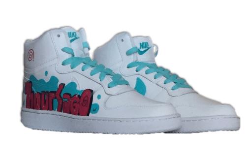 deux chaussures blanches Nike personnalisées avec logo 9 hours ago