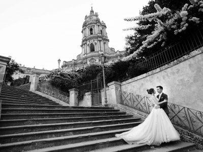 Fotografia di sposi nei gradini della chiesa a Modica