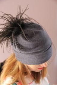 bonnet-gris-plumes-ninou-laroze