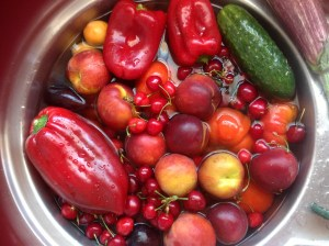 soak fruit and vegetables in water and vinegar to keep them fresh for longer