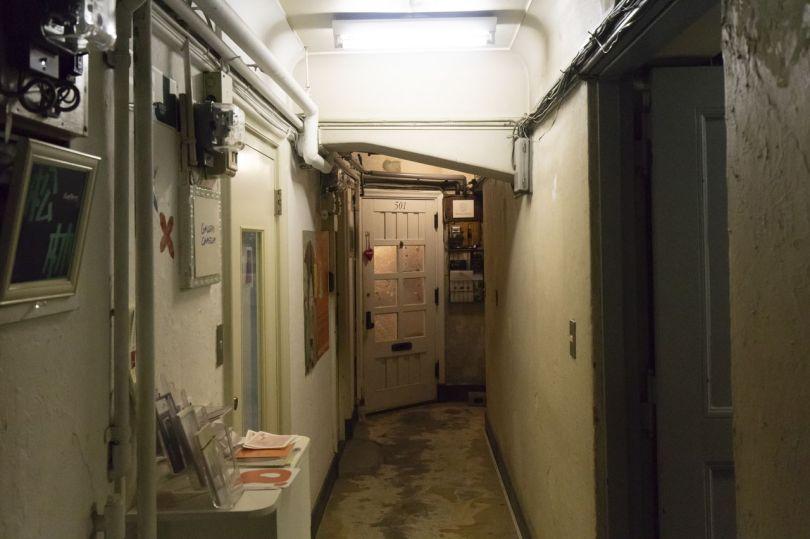 Le bâtiment abrite de nombreuses galeries d'art, décorées de manière à correspondre à l'atmosphère générale du lieu. Cette concentration rend le bâtiment important pour les artistes qui souhaitent exposer leurs œuvres à Ginza.