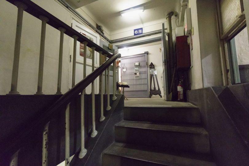 Même les fenêtres et les balustrades d'escalier dans le couloir ont une certaine élégance.