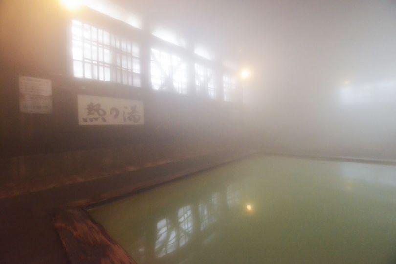 Les températures hivernales froides à l'extérieur remplissent la salle de bain d'un épais brouillard. (© Shoepress)