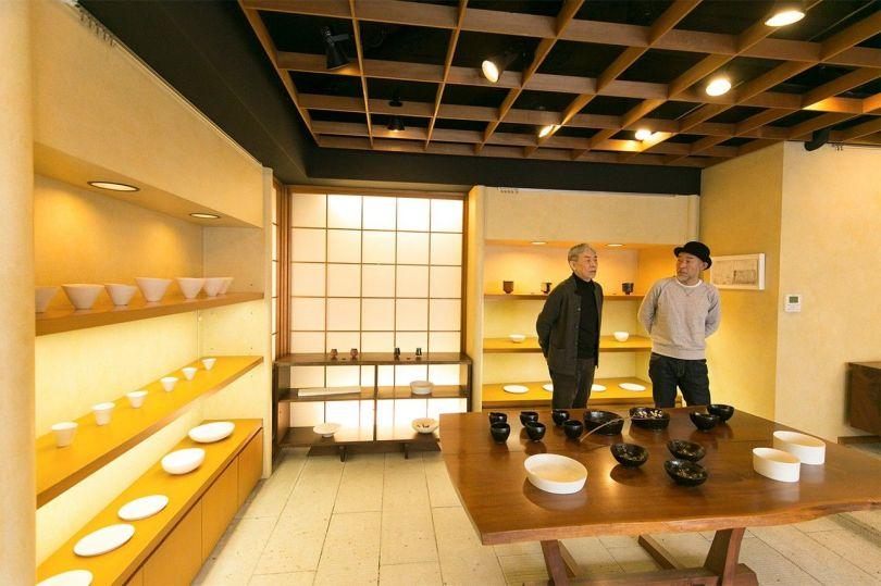 Hirose Ichirō (à gauche), propriétaire de la galerie Toukyo, et le potier Yokoyama Takuya.