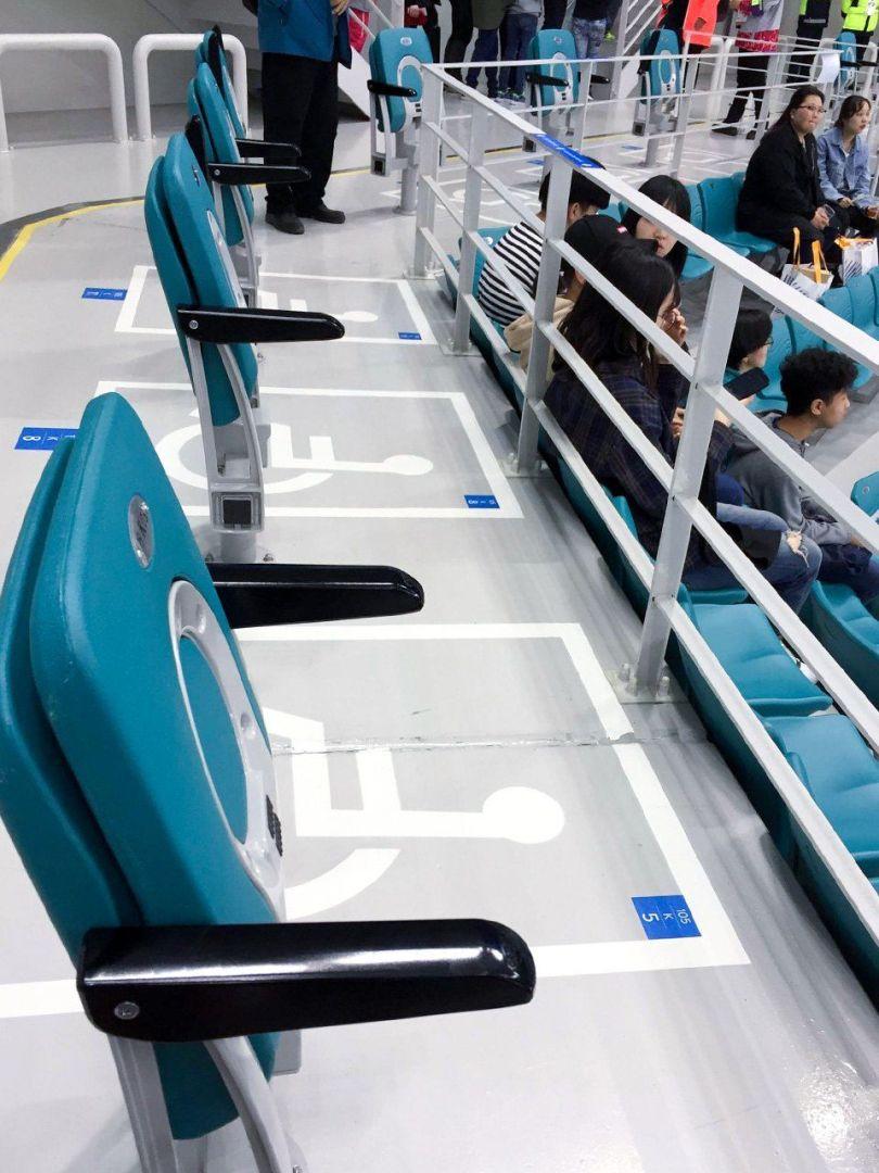 Sièges en fauteuil roulant à l'arène de hockey sur glace paralympique de Pyeongchang.