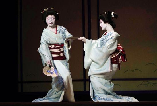 El Nihon buyō no se hubiera desarrollado sin las geishas. La fotografía capta un instante de los ensayos en la víspera del recital Azuma Odori, que se interpreta en el Shinbashi Enbujō. (Mayo de 2019, Jiji Press.)