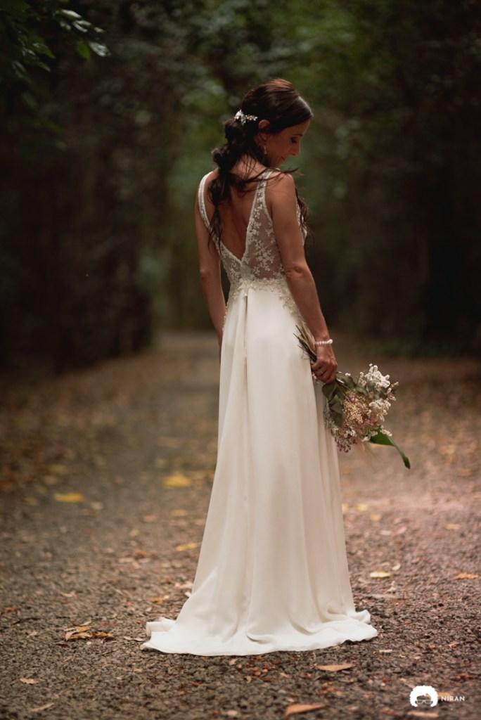novia con su vestido y su ramo