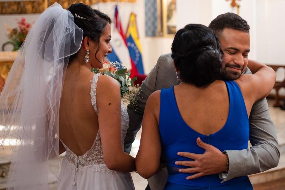 Novio abrazar la mama de la novia