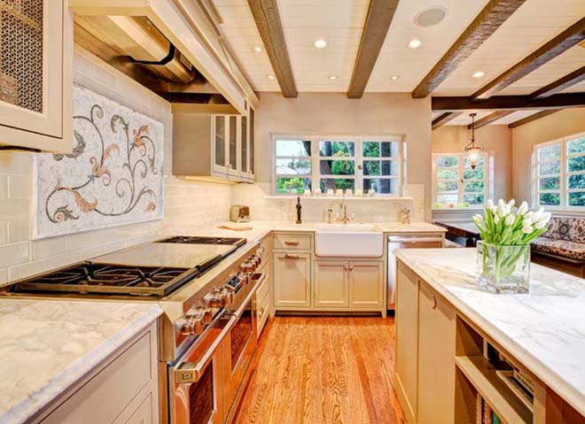traditional-kitchen-with-breakfast-nook-i_g-IStchq7rbfvuqh0000000000-fz4Q9