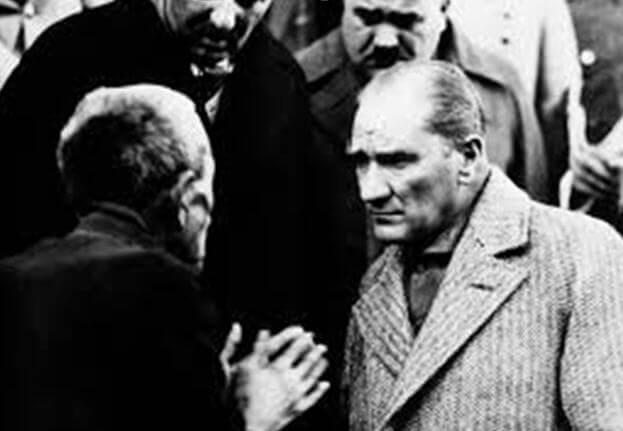 Resimde Atatürk'ümüzün bir çiftçi vatandaşımızı nasıl dikkatle dinlediğini görmekteyiz. Bu yüz ifadesi bize, konuşana değer verdiğini, onun vermek istediği mesajı alma, yorumlama ve hatta kendisini onun yerine koyma(empati) çabası içinde olduğunu hissettiriyor. Sanki bize 'işte dinleme böyle olmalı' diye örnek vermektedir.