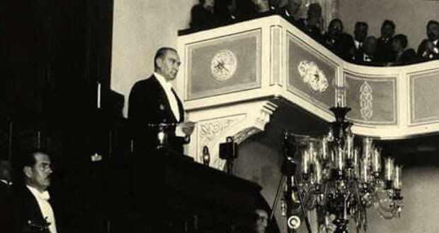 Atatürk - Nutuk Okurken