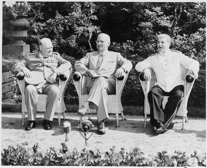 "Potsdam Konferansı'nda ""Büyük Üçlü"", Winston Churchill, Harry S. Truman ve Joseph Stalin."