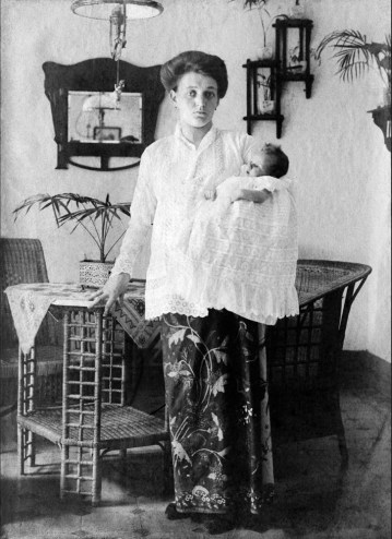 Anonymous photographer, mother and child. East Indies (Indonesia) late 19th century.