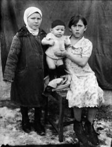 Anonymous photographer, picture dedicated to grandma Susana from Claudia, Vladimir and Irina. Soviet Union, early 20th century.