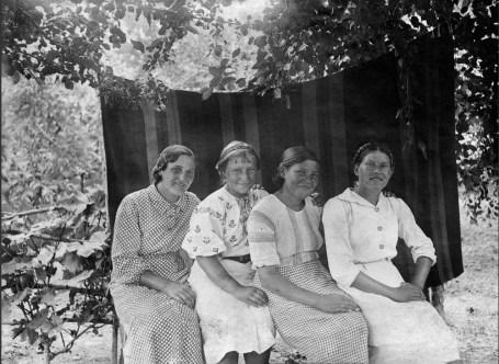 Anonymous photographer and ladies, Soviet Union, Belarus, 1930s.