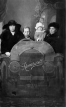 Portrait of an unknown family taken in 'Snel foto (fast photo) Rembrandt', Hoogstraat 373, Rotterdam in the early 20th century.