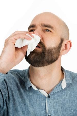 Une personne ayant le nez qui saigne